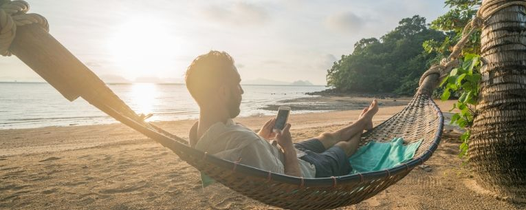 Allianz - man in hammock using smartphone