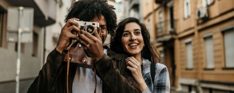 Allianz - young couple with camera
